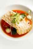 Turbot grillé, tabouli, sauce au poivre douce et légumes d'été Plat blanc Photographie stock