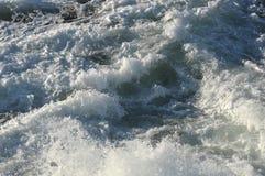 Turbulant białej wody choppy zakończenie w górę tło tekstury Zdjęcie Stock