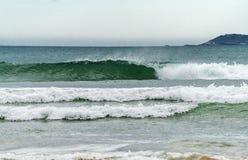 Turbulent hav med avbrottsvågor Arkivfoto