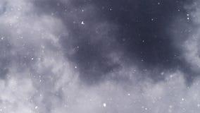 Turbulent snöfall från mörker - grå färgmoln stock video