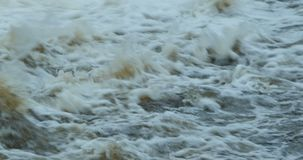 Turbulent ström av vitt vatten stock video