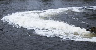 Turbulent vatten bak fartyget i floden royaltyfri fotografi
