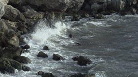 Turbulent vatten på en stenig kustlinje stock video