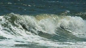Turbulent vatten på en stenig kustlinje lager videofilmer
