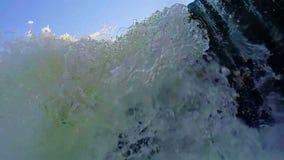 Turbulent vatten som flödar över, vaggar, den låga vinkeln Drunkning POV stock video