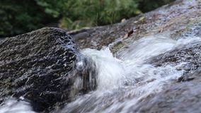 Turbulent vatten som flödar till och med, vaggar stock video