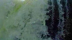 Turbulent vattenfall, låg vinkel Doppa olycka som är slowmotion lager videofilmer