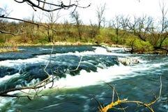 Turbulenter Fluss mit kleinen Steinstromschnellen Stockfotografie