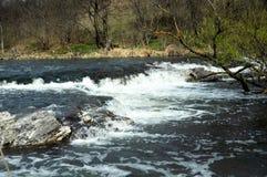 Turbulenter Fluss mit kleinen Steinstromschnellen Stockfotos