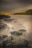 Turbulentes Meer in Wales Stockfotos
