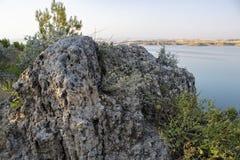 Turc, Adiyaman, le 26 juin, - 2019 : Barrage de vue de Gazihandede et grande roche images libres de droits