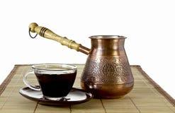 Turc de café et tasse de café sur la serviette de paille Photographie stock libre de droits