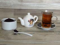 Turc, thé noir iranien et persan en verre Chai Poudre de thé noir dans une cuvette blanche de porcelaine image stock