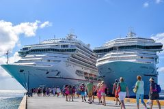 Turc, Turcs et la Caïques grands - 3 avril 2014 : Passagers retournant à la liberté et au carnaval Victory Cruise Ships de carnav images stock