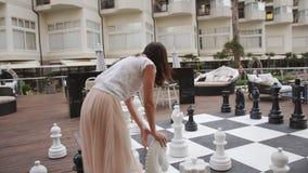 Turcja, Belek - 20 maja 2019 Hotel Papilon Zeugma Gra w szachy na świeżym powietrzu Matka i córka zdjęcie wideo