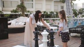 Turcja, Belek - 20 maja 2019 Hotel Papilon Zeugma Gra w szachy wielkich osobników na zewnątrz Zabawa dla mamy i córki zbiory