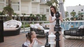Turcja, Belek - 20 maja 2019 Hotel Papilon Zeugma Gra w szachy wielkich osobników na zewnątrz Zabawa dla mamy i córki zbiory wideo