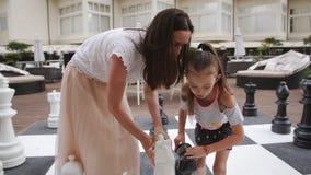 Turcja, Belek - 20 maja 2019 Hotel Papilon Zeugma Matka i córka grające w szachy na miejscu zbiory wideo