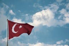 Turcja flagi falowanie w niebie obraz royalty free