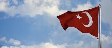 Turcja flagi falowanie w niebie obraz stock