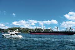 Turcja, Istanbuł, Bosphorus kanał, Bosphorus most, ładunku statek pod mostem Brama, nautyczna fotografia stock