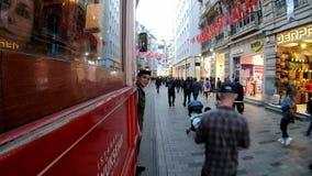 Turcja, istiklal ulica, 2019, czerwony tramwaj jedzie na piękny uliczny pełnym ludzie zdjęcie wideo