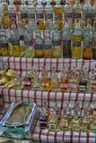 Turcja, Kemer, 12,08,2017 Aromatycznych olejów w butelkach dla butelkować Zdjęcia Royalty Free