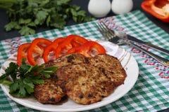 Turcja kotleciki i słodki pieprz na talerzu przeciw ciemnemu tłu zdjęcia stock