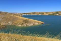 Turco, Adiyaman, el 30 de junio, - 2019: Área de picnic hermosa del bizcocho borracho de Ciplak de la presa fotos de archivo