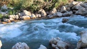 Turco, Adiyaman Kahta, o 14 de julho de 2019: Água de fluxo rápida do rio, situada sobre a estrada de Kahta filme