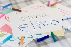 Turco; Bambini che scrivono nome dei frutti per la pratica Fotografia Stock