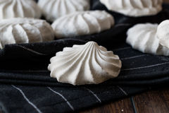 Turco Beze o merengue en el pañuelo negro Fotos de archivo