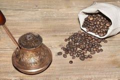 Turco con caffè ed il sacco dei chicchi di caffè Fotografia Stock Libera da Diritti