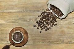 Turco con caffè ed il sacco dei chicchi di caffè Fotografia Stock