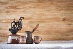 Turco d'annata e tazza del macinacaffè Fotografia Stock