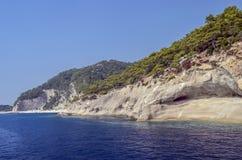 Turco del centro turístico Agua azul del mar Mediterráneo Fondo asombroso hermoso de la naturaleza Rocas enormes Fotos de archivo libres de regalías