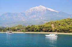 Turco del centro turístico Agua azul del mar Mediterráneo Fondo asombroso hermoso de la naturaleza Rocas enormes Fotografía de archivo