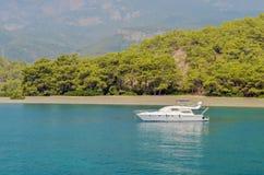 Turco del centro turístico Agua azul del mar Mediterráneo Fondo asombroso hermoso de la naturaleza Rocas enormes Fotografía de archivo libre de regalías