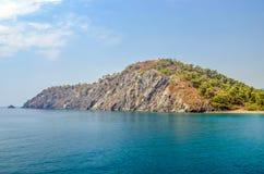 Turco del centro turístico Agua azul del mar Mediterráneo Fondo asombroso hermoso de la naturaleza Rocas enormes Imagen de archivo