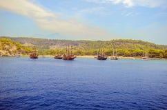 Turco del centro turístico Agua azul del mar Mediterráneo Fondo asombroso hermoso de la naturaleza Rocas enormes Foto de archivo libre de regalías