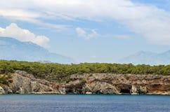 Turco del centro turístico Agua azul del mar Mediterráneo Fondo asombroso hermoso de la naturaleza Rocas enormes Imágenes de archivo libres de regalías