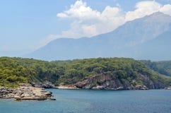 Turco del centro turístico Agua azul del mar Mediterráneo Fondo asombroso hermoso de la naturaleza Rocas enormes Fotos de archivo