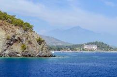 Turco del centro turístico Agua azul del mar Mediterráneo Fondo asombroso hermoso de la naturaleza Rocas enormes Foto de archivo