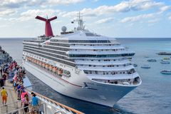 Turco grande, Ilhas Turcos e Caicos - 3 de abril de 2014: A vista da liberdade a bordo do carnaval como o carnaval Victory Cruise foto de stock