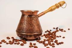 Turco ou cezve de bronze do coffe no fundo branco foto de stock royalty free