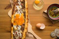 Turco Pide con el huevo y la carne picadita Imagen de archivo libre de regalías