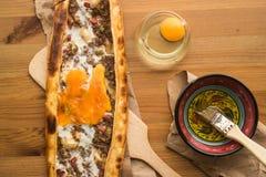 Turco Pide con el huevo y la carne picadita Fotografía de archivo