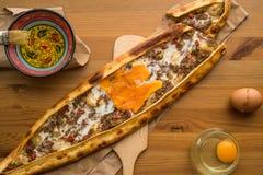 Turco Pide con el huevo y la carne picadita Imagen de archivo