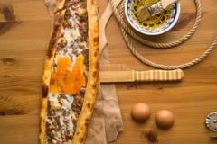 Turco Pide con el huevo y la carne picadita Foto de archivo