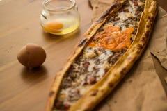 Turco Pide con el huevo y la carne picadita Fotografía de archivo libre de regalías